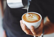 Kop koffie in de avond vertraagt biologische klok